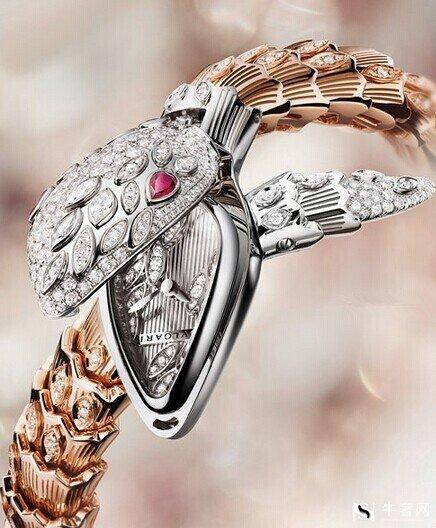 存放钻石饰品时,注意不要和化妆品等化工产品放在一起。同时要避免钻石饰品因厨房、卫生间、梳妆台的油污而失去光泽;也要避免碰撞。钻石虽然是最硬最耐磨的材料,但如果沿其纹理方向冲击,还是会损坏。所以要避免殴打钻石饰品,做重体力劳动时不宜佩戴钻石饰品。